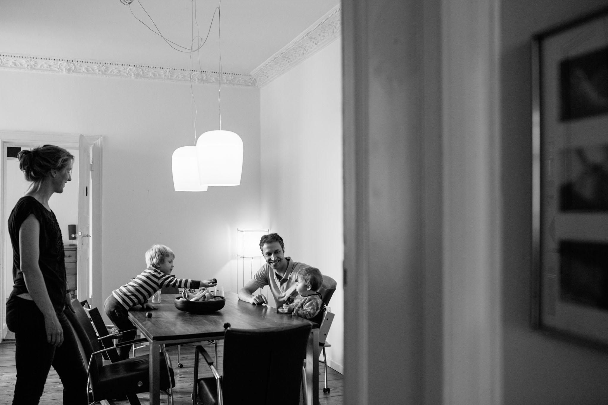 familie-fotos-essen-schwarzweiss-reportage-berlin-kreuzberg
