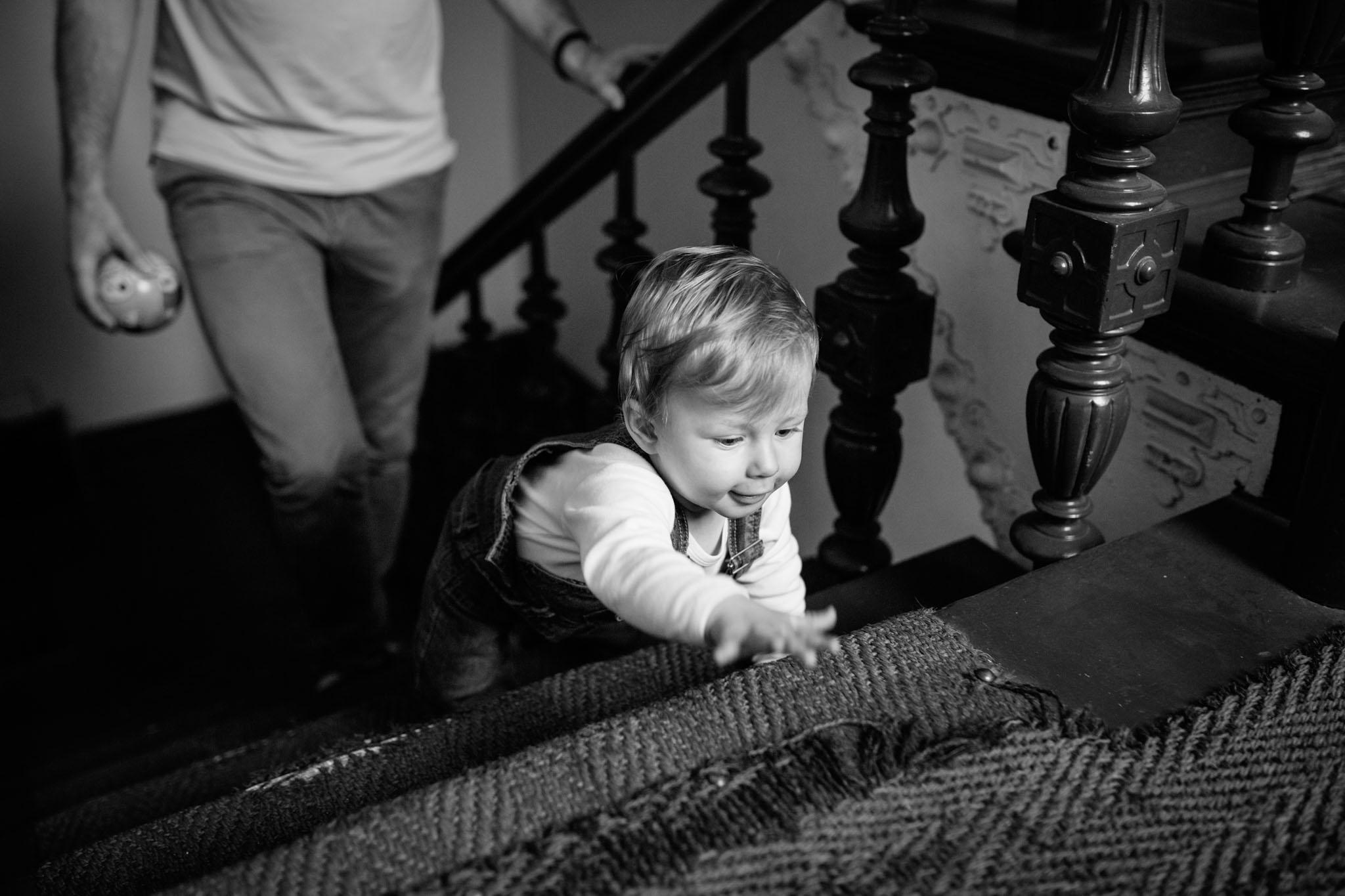 familien-fotografie-berlin-kreuzberg-treppe-schwarzweiss