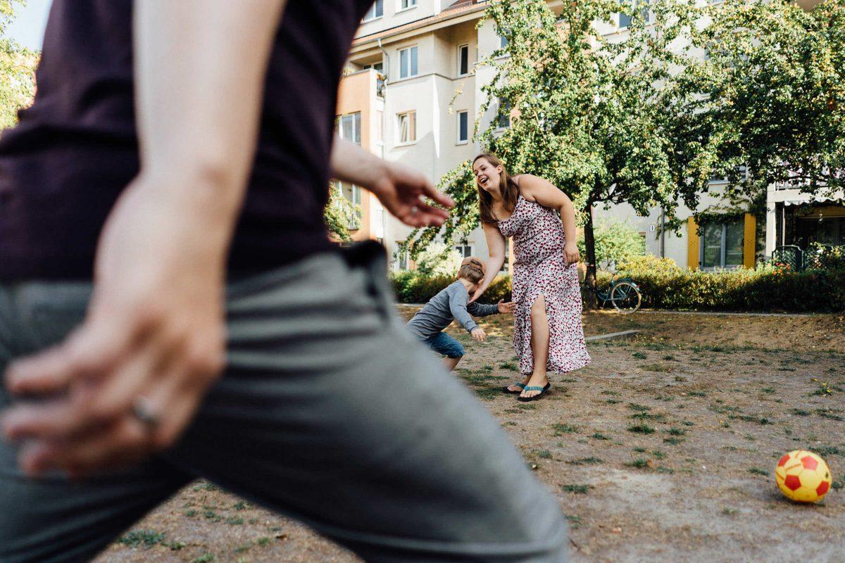familienfotograf-berlin-fussball-vater-sohn
