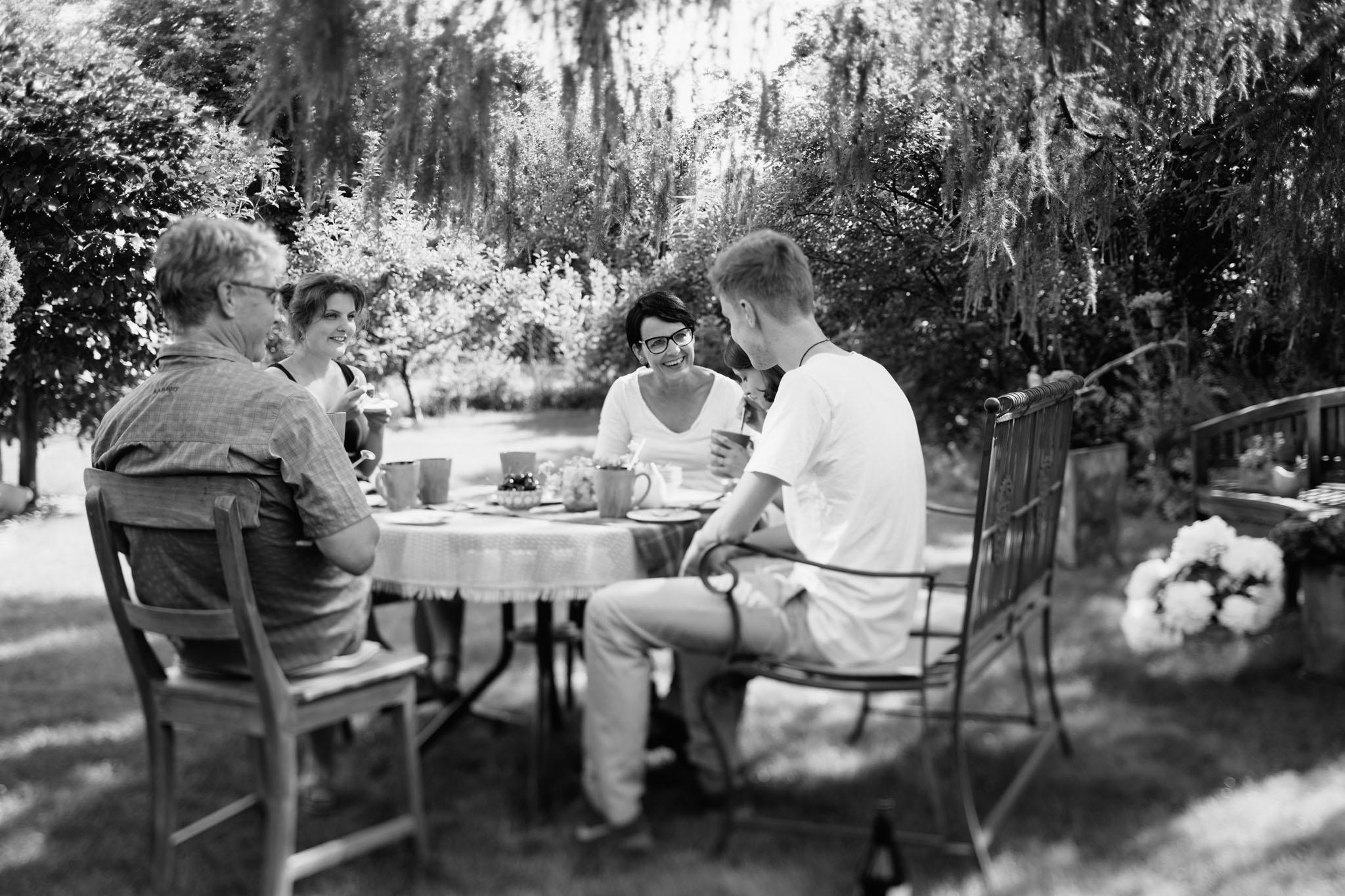 familienfotos-kaffeetrinken-reportage-garten