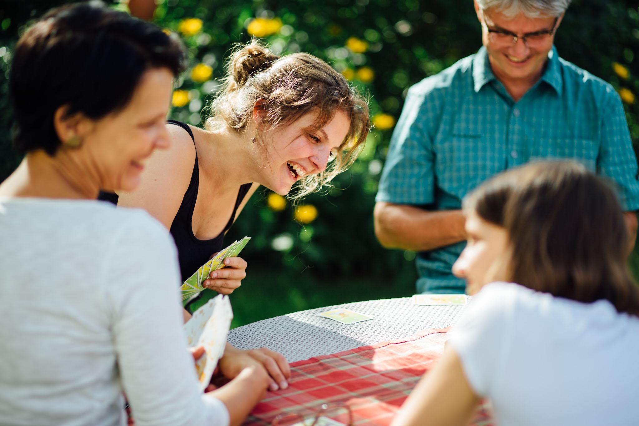 familienfotos-reportage-homestory-garten-kartenspiel
