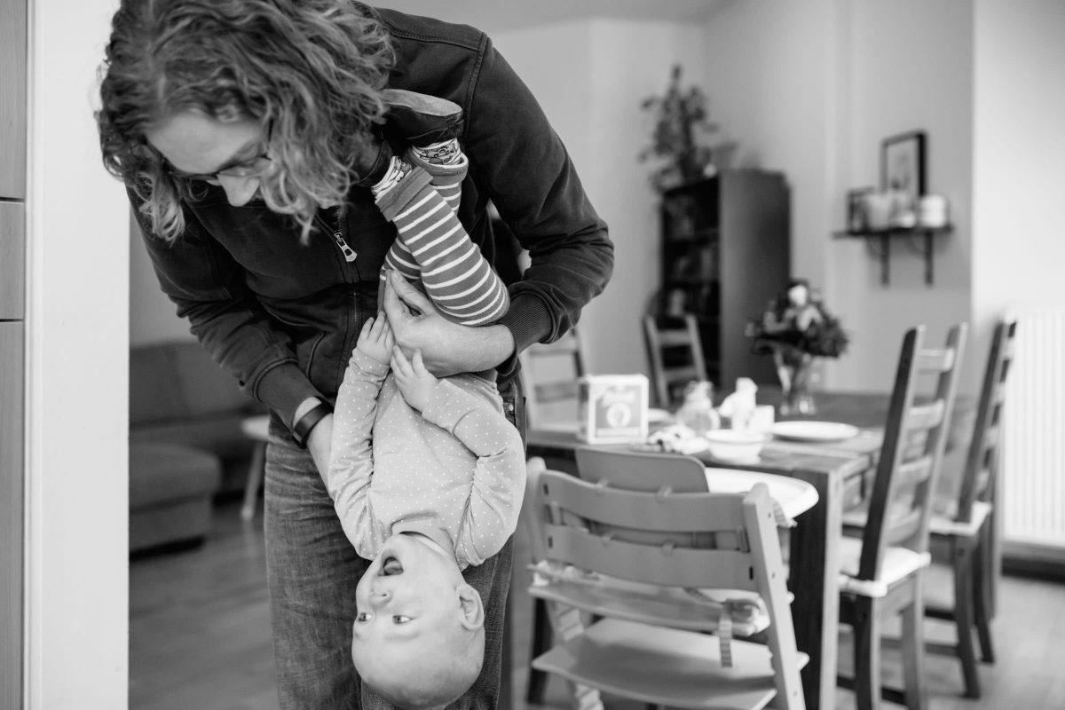 familienshooting-berlin-friedrichshain-reportage-zuhause-schwarzweiss