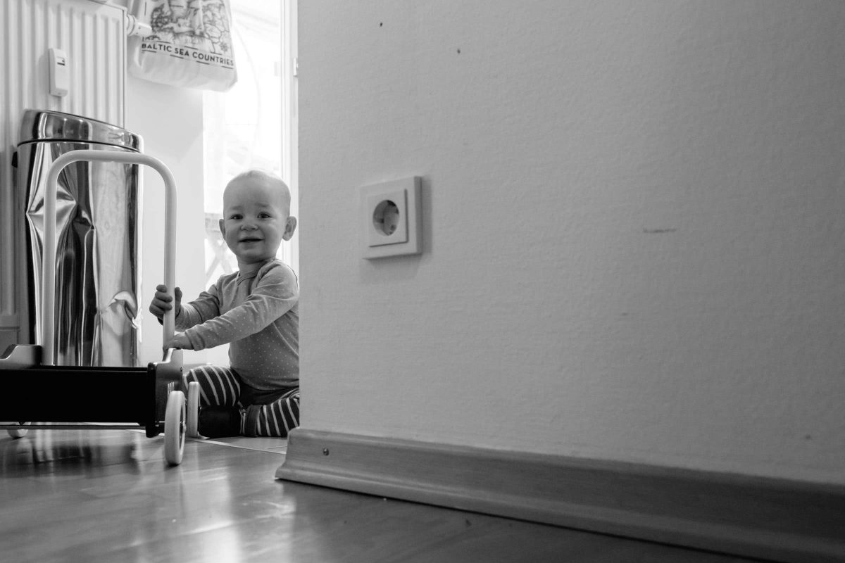 familienshooting-berlin-reportage-schwarzweiss-zuhause