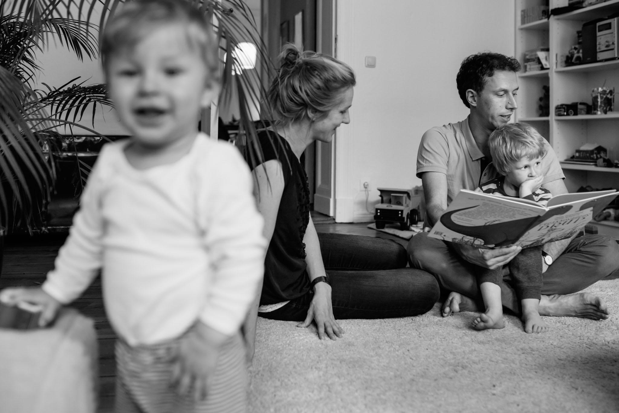 fotoreportage-familie-alltag-zuhause-schwarzweiss-berlin-kreuzberg
