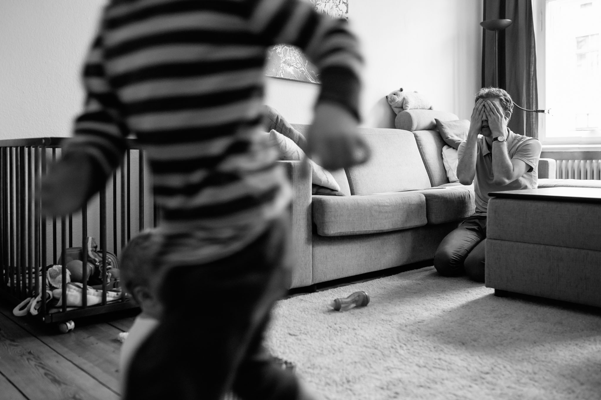 verstecken-spielen-familie-fotograf-berlin